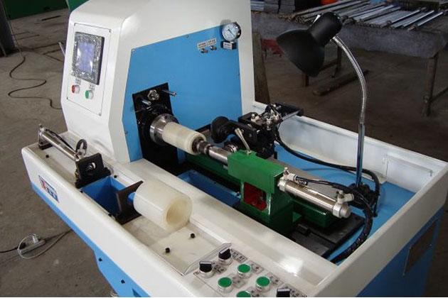 各种橡胶、硅胶垫片,圈形筒状产品的快速切割成型。可将原始单腔模或一模多腔制作的截面为矩形的产品(如垫圈)通过改模具,将产品做成一模一腔,成型为筒状的产品,利用本产品等距切割成型,可大大提高效率(节省多腔填料,单个产品修边工时,解放劳动力)提高产品精度(因多型腔的差异,模具老化造成的产品差异)。本机切割运行精度0.